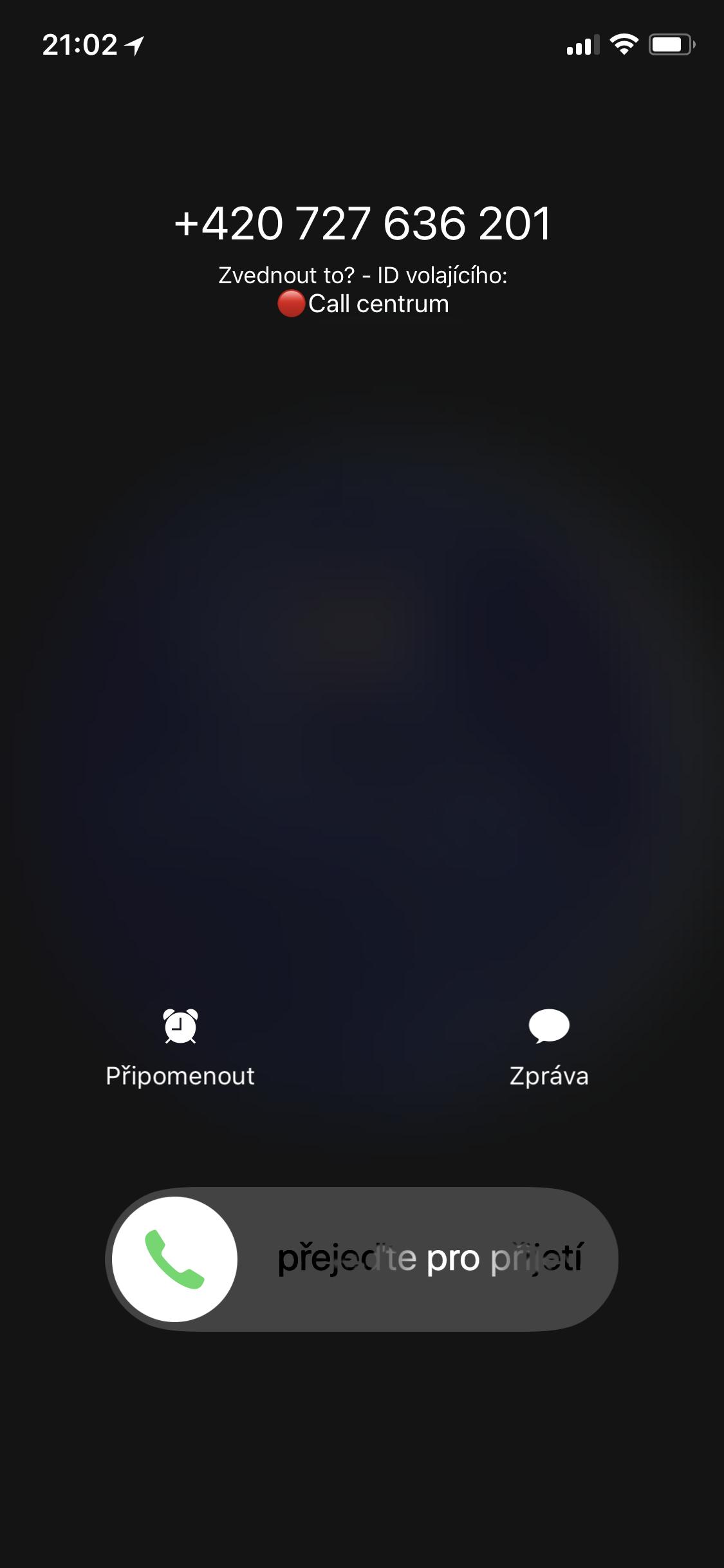 Obrazovka příchozího hovoru s označením obtěžujícího čísla v iOS