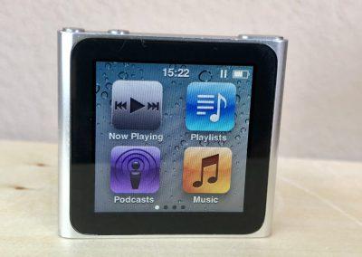 Pohled zepředu na iPod Nano 6G s rozsvícenou obrazovkou