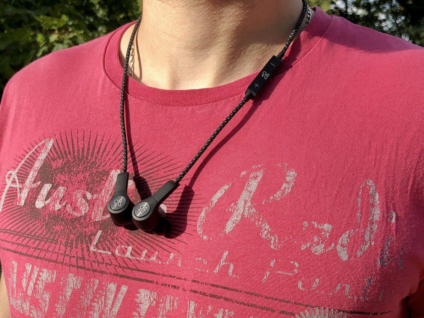 BeoPlay H5 nošené na krku jako náhrdelník
