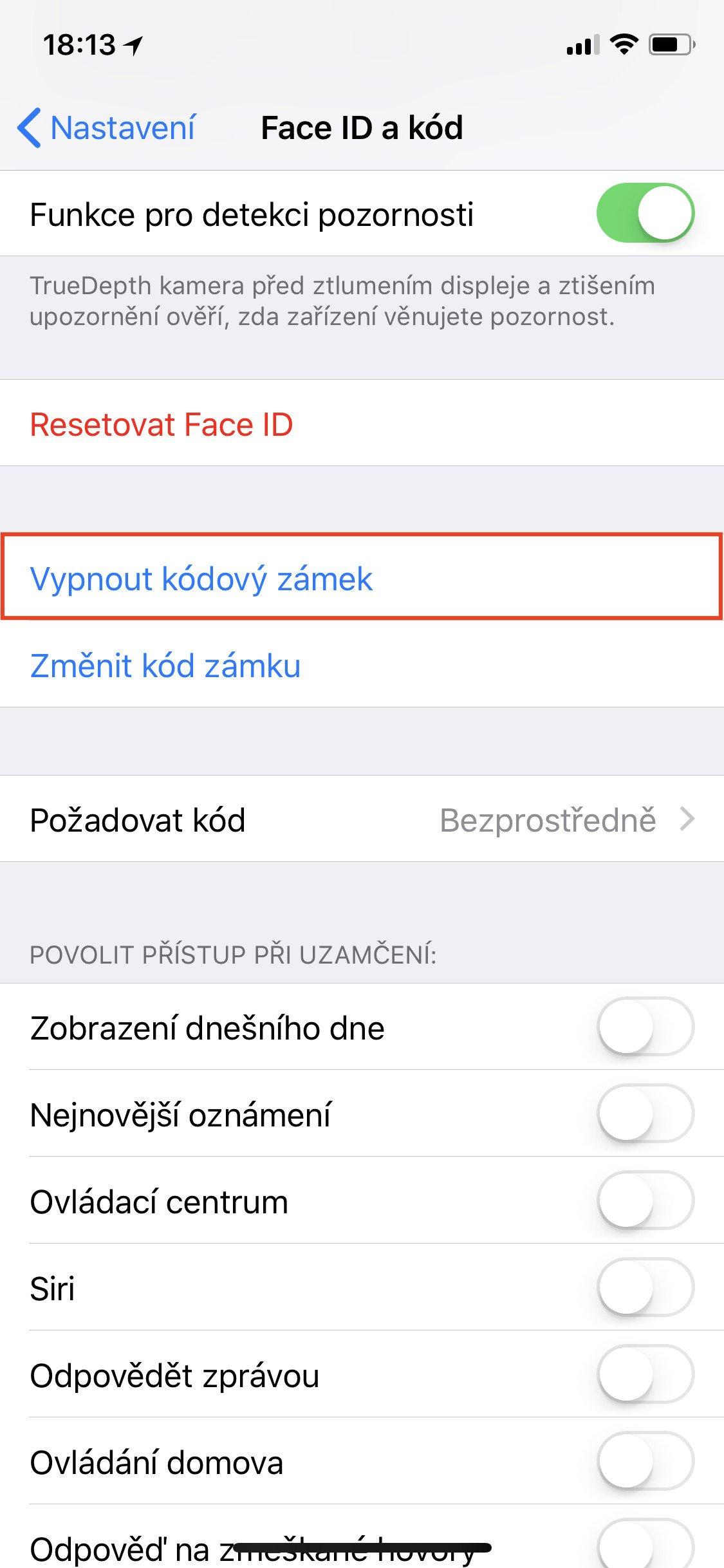 Obrazovka iOS Face ID a kód s vybranou položkou Vypnout kódový zámek