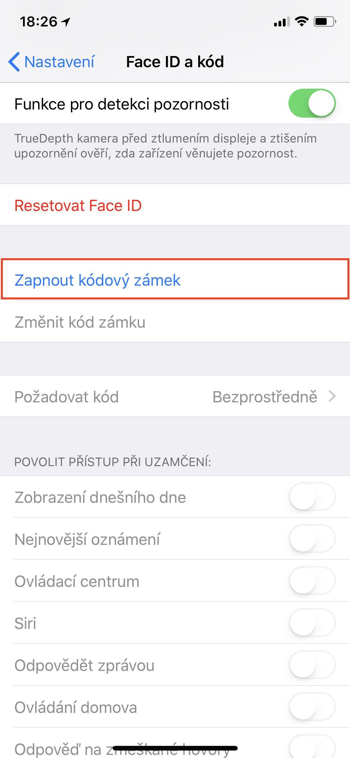 Obrazovka iOS Face ID a kód s vybranou položkou Zapnout kódový zámek