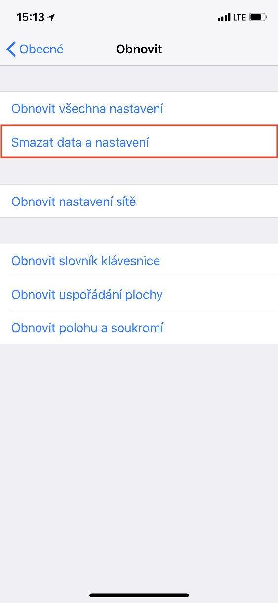 Obrazovka iOS Obecné s vybranou položkou Smazat data a nastavení
