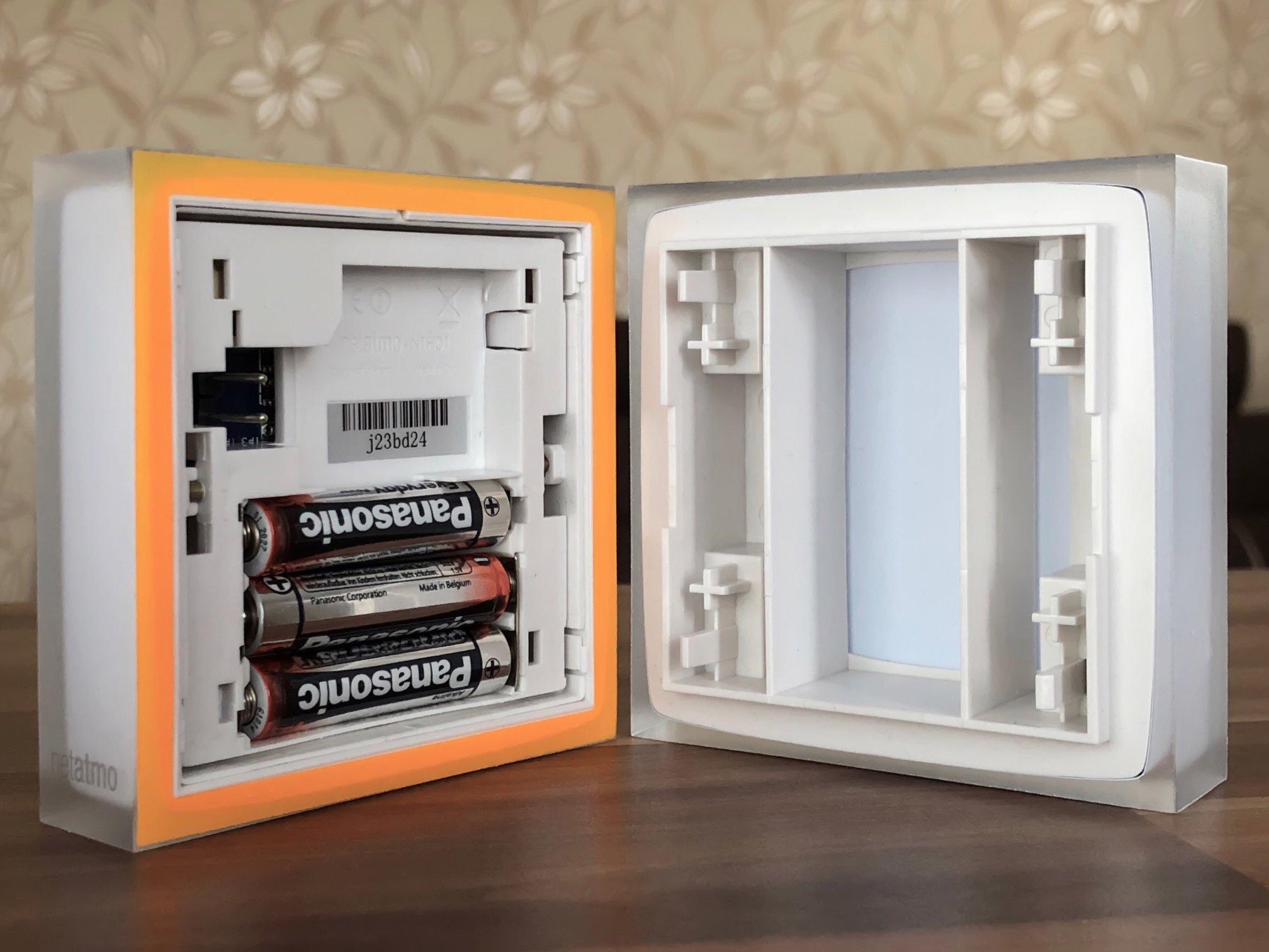 Pohled na zadní stranu termostatu Netatmo Energy s mobilním stojánkem