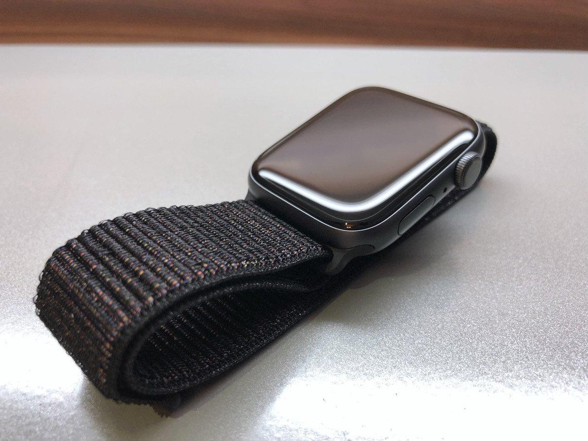 Apple Watch Series 4 se sportovním páskem