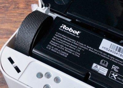 iRobot Braava jet 240 v pohledu na čidla proti pádu ze schodů a kolečka