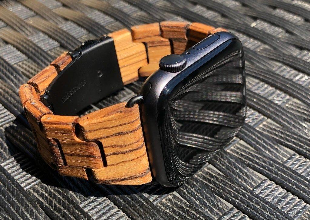 Dřevěný řemínek na vesmírně šedých Apple Watch