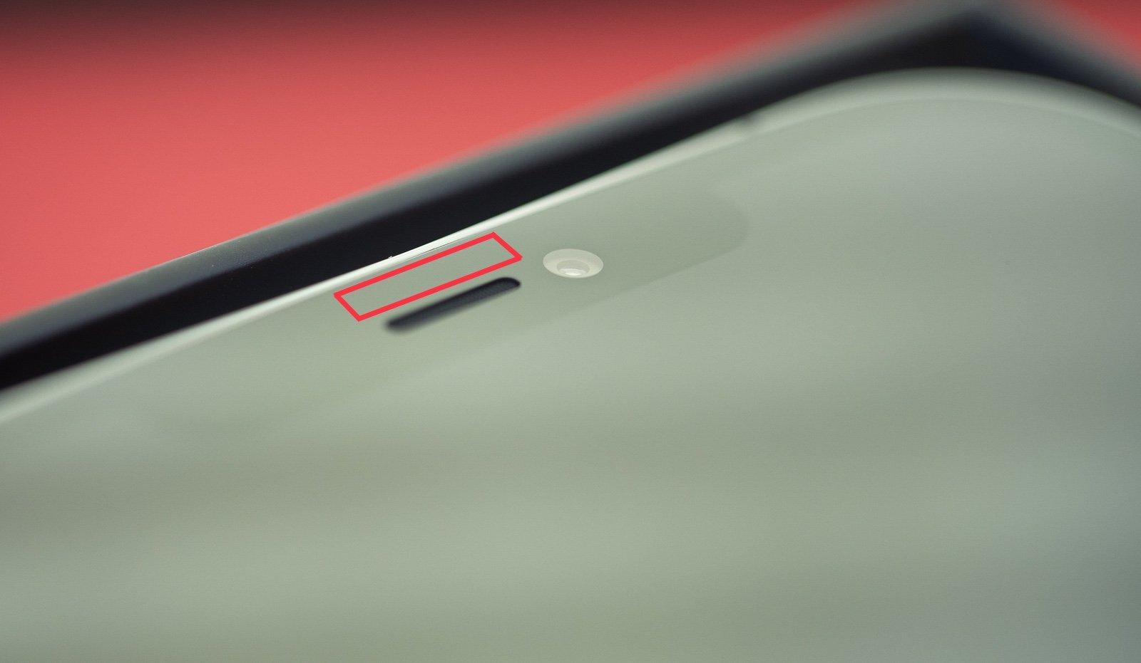 Umístění senzoru okolního osvětlení u iPhone s Face ID